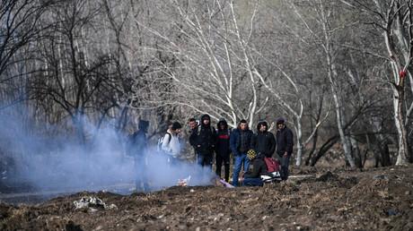 Des migrants se réchauffent  près de la frontière grecque, dans la ville turque d'Edirne, le 5 mars 2020 (image d'illustration).