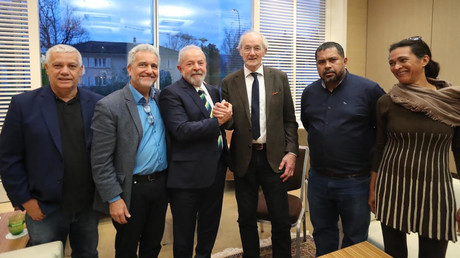 Rencontre entre l'ex-président Lula Da Silva et John Shipton (centre de l'image), père de Julian Assange, organisée à l'initiative du député Jean Rossiaud (2e à gauche), le 6 mars 2020, à Genève.