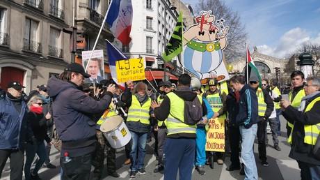 Des Gilets jaunes mobilisés près de la gare de l'Est à Paris, le 7 mars 2020.
