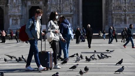 Des touristes portant des masques de protection à la Piazza del Duomo à Milan, le 8 mars (image d'illustration).