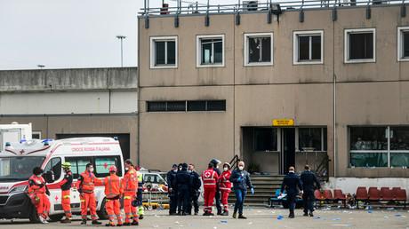 Le 9 mars 2020, le personnel d'urgence et les gardiens de prison se tiennent dans une cour de la prison de Sant'Anna à Modène, en Emilie-Romagne, dans l'une des zones rouges de quarantaine d'Italie.