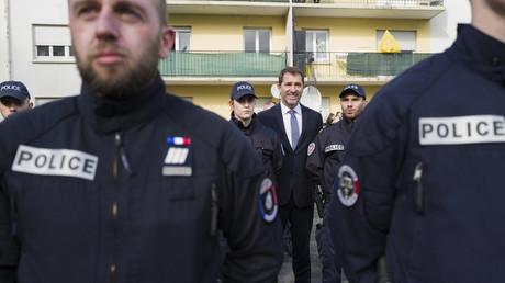 Le ministre de l'Intérieur prend la pose avec des policiers à Mulhouse le 18 février 2020 (image d'illustration).