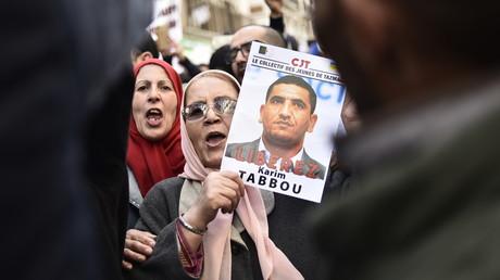 Une manifestante brandit le portrait de l'opposant Karim Tabbou lors d'une manifestation contre le pouvoir, le 24 janvier à Alger.