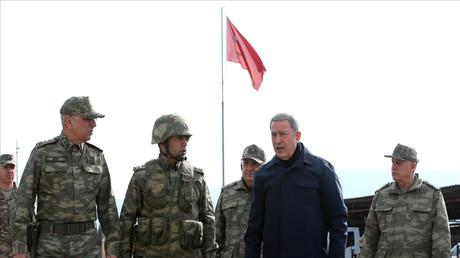 Le ministre de la Défense turque Hulusi Akar passe en revue ses troupes à Hatay, près de la frontière syrienne, le 3 février 2020 (image d'illustration).