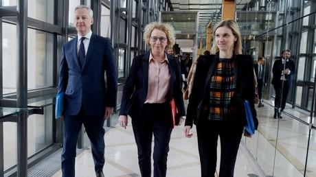 La ministre française du Travail Muriel Pénicaud (c.) flanquée du ministre de l'Economie et des Finances Bruno Le Maire (g.) et de la secrétaire d'Etat Agnès Pannier-Runacher (d.) arrivent à une réunion sur l'impact économique de l'épidémie, à Bercy (Paris) le 9 mars 2020 (illustration)