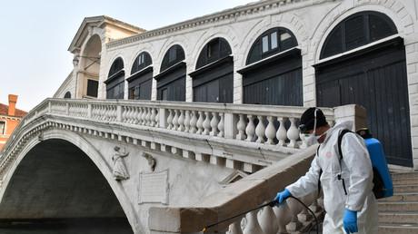 Un employé municipal désinfecte un espace public à Venise, le 11 mars 2020 (Image d'illustration).