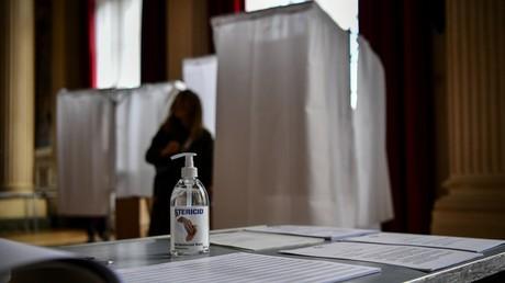 Ce bureau de vote du Xe arrondissement de Paris est prêt pour le 15 mars.