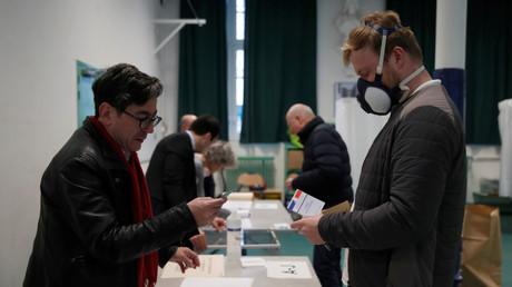 Votant à Paris, le 15 mars 2020.
