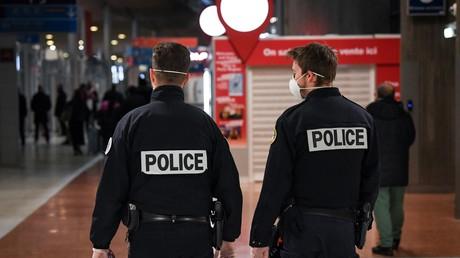 Des policiers portent des masques protecteurs, à l'aéroport Charles de Gaulle, le 26 janvier 2020 à Roissy-en-France (95) (image d'illustration).