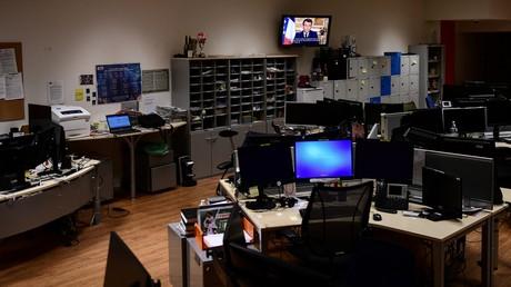 Allocution du président diffusée dans un bureau vide le 16 mars.