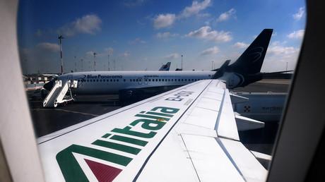 Le logo d'Alitalia est représenté sur l'aile d'un Airbus A320 le 4 juin 2019 à l'aéroport de Rome Fiumicino (image d'illustration).