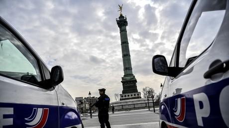 Patrouille de police place de la Bastille à Paris, le 17 mars alors que le confinement vient d'être mis en place.
