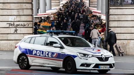 Un équipage de police aux abords du marché de Barbès à Paris (XVIIIe arrondissement) en plein confinement, le 18 mars.