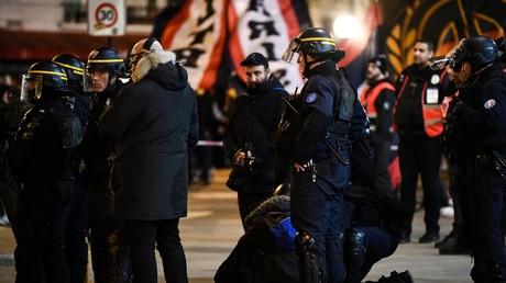 Les CRS, sans protection, encadrent le rassemblement autorisé des supporters parisiens de football devant le Parc des Princes à Paris le 11 mars alors que le match se joue à huis clos (image d'illustration).