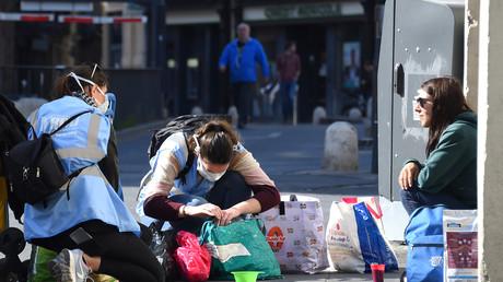 Une femme sans abri reçoit de la nourriture d'une association à Montpellier. Le 18 mars 2020.