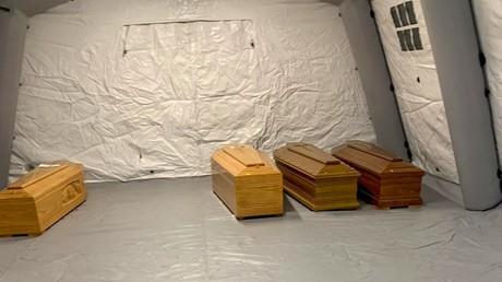 Cercueils alignés sous une tente à proximité de l'hôpital de Bergame en Italie.
