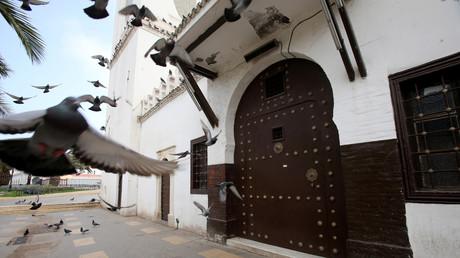 Vue d'une mosquée fermée, les prières du vendredi ayant été suspendues suite à la propagation de la maladie du coronavirus (COVID-19), à Alger, le 20 mars 2020.