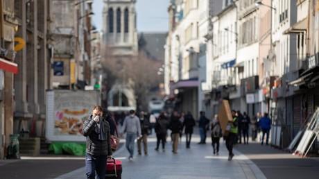 Des passants font leurs courses à Saint-Denis, en Seine-Saint-Denis, le 18 mars (image d'illustration).