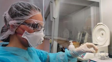Une employée du laboratoire du Centre d'hygiène et d'épidémiologie de Saint-Pétersbourg analysent les échantillons de cas suspects de coronavirus