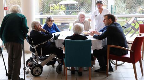 Le président français, Emmanuel Macron, discute avec les résidents lors d'une visite à un Ehpad (établissement de logement pour personnes âgées dépendantes) dans le 13e arrondissement de Paris, le 6 mars 2020 (image d'illustration).
