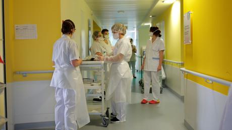 Les personnel soignant tire la sonnette d'alarme depuis plusieurs semaines sur le manque de matériels et de masques (image d'illustration dans un hôpital à Vannes).