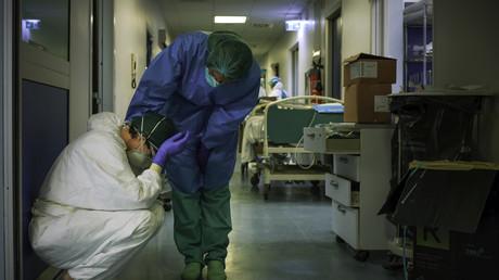 Une infirmière réconforte l'une de ses collègues, le 13 mars 2020, à l'hôpital de Crémone, au sud-est de Milan en Lombardie (image d'illustration).