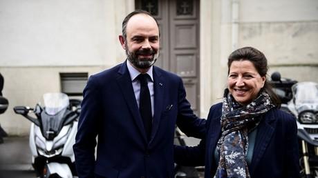 L'ancienne ministre de la Santé Agnès Buzyn pose avec le Premier ministre Edouard Philippe lors de sa campagne municipale à Paris, le 10 mars 2020 (image d'illustration).