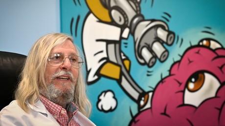 Photographie prise le 26 février 2020 montrant le professeur français Didier Raoult, biologiste et professeur de microbiologie, spécialisé dans les maladies infectieuses et directeur de l'Institut des infections de l'IHU Méditerranée, à Marseille, (image d'illustration).