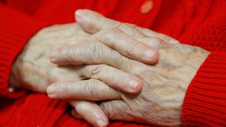 Les mains d'une femme âgée, photographiées dans un EHPAD, établissement pour le logement des personnes âgées dépendantes à Bordeaux, France, le 11 octobre 2018. (image d'illustration)