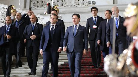 Le président français Emmanuel Macron et le président du Conseil italien Giuseppe Conte au palais royal de Naples, dans le sud de l'Italie lors du sommet franco-italien du 27 février 2020 (illustration).