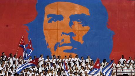 De jeunes médecins cubains participent à la cérémonie de remise des diplômes, le 19 septembre 2005 à La Havane. La brigade internationale Henry Reeve de 3 386 médecins spécialisés dans les catastrophes et les épidémies a été officiellement créée à La Havane.