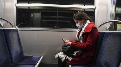 Une usagère du métro parisien pianote sur son smartphone, le 23 mars 2020 (image d'illustration).