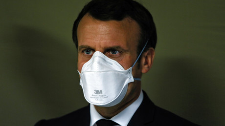 Première sortie masquée pour Emmanuel Macron en visite à l'hôpital Emile Muller à Mulhouse le 25 mars, quelques heures après la déclaration de Sibeth Ndiaye.