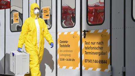 Une technicienne de laboratoire transporte des tests de Sars-cov-2 à l'hôpital de Ludwigsburg, dans le sud de l'Allemagne, le 14 mars (image d'illustration).