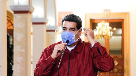Le président vénézuélien Nicolas Maduro porte un masque protecteur lors d'une réunion au Palais Miraflores à Caracas, Venezuela, le 13 mars 2020.