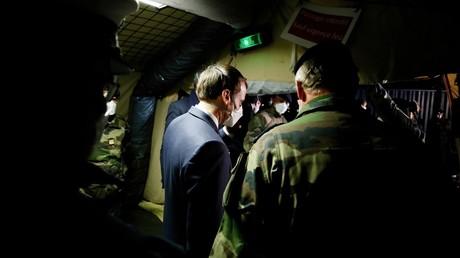Emmanuel Macron dans l'hôpital militaire de campagne de Mulhouse (Haut-Rhin), le 25 mars 2020 (image d'illustration).