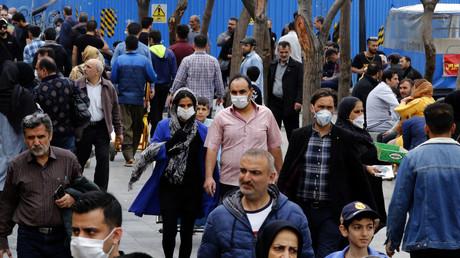 Les Iraniens se rassemblent à l'intérieur du grand bazar de Téhéran alors que le pays est frappé par la pandémie de Covid-19 (le 18 mars 2020)