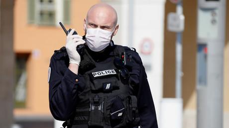 Un policier sur la Promenade des Anglais à Nice le 20 mars 2020 (image d'illustration).