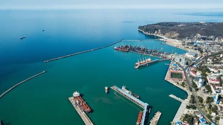 Vue aérienne du terminal pétrolier du port maritime commercial de Touapsé sur la Mer Noire. La raffinerie RN-Tuapse appartient à Rosneft et traite le pétrole des champs de Sibérie occidentale, d'Orenbourg et de Stavropol (illustration).