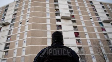 Un policier en opération dans les quartiers nord de Marseille, le 25 mars 2020 (image d'illustration).