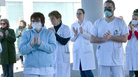 Le personnel médical de l'hôpital de Compiègne rend hommage au docteur Jean-Jacques Razafindranazy, décédé des suites du Covid-19, le 23 mars 2020 (image d'illustration).
