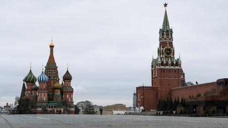 Photographie montrant la Place Rouge, la tour Spasskaya du Kremlin et la cathédrale Saint-Basile, dans le centre de Moscou, le 30 mars.