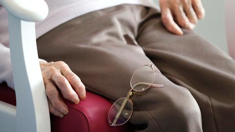 Des lunettes de vue sur les genoux d'une personne âgée en Ehpad (image d'illustration).