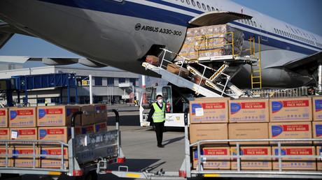 Des boîtes de masques de protection sont déchargées d'un avion d'Air China transportant des fournitures offertes par le gouvernement chinois à la Grèce, le 21 mars 2020 (image d'illustration).