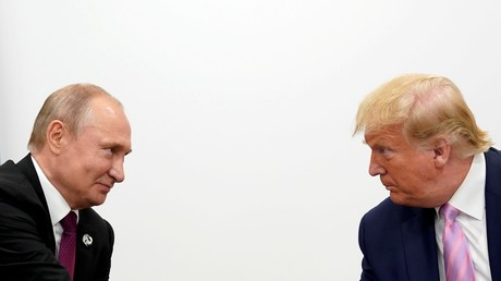 Le président américain Donald Trump et le président russe Vladimir Poutine lors d'une réunion bilatérale pendant le sommet des dirigeants du G20 à Osaka, au Japon, le 28 juin 2019 (illustration).