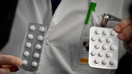 Un soignant montre  des plaquettes de Nivaquine, des comprimés contenant de la chloroquine et de Plaqueril, des comprimés contenant de l'hydroxychloroquine,  à l'Institut des infections de l'IHU Méditerranée à Marseille, le 26 février 2020.