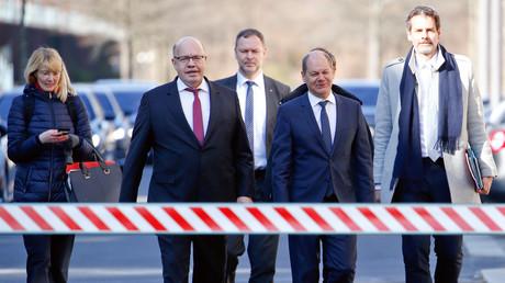 Les ministres allemands de l'Economie Peter Altmaier et des Finances Olaf Scholz (au centre) arrivent une conférence de presse sur l'épidémie de Covid-19, à la chancellerie de Berlin, le 1er avril 2020.