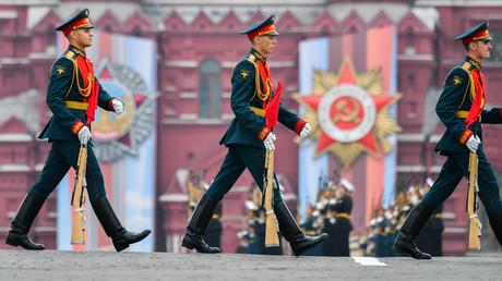 Des soldats de la garde d'honneur au défilé militaire sur la Place Rouge, à l'occasion du 74e anniversaire de la Victoire dans la Grande Guerre patriotique