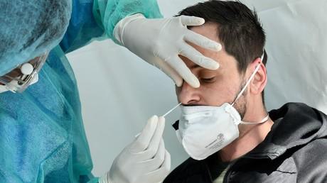 Un patient se fait tester pour le COVID-19, à Paris, le 1er avril 2020.