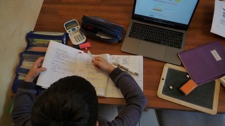 Un garçon confiné faisant ses devoirs à Montlouis-sur-Loire (Indre-et-Loire), le 21 mars 2020.